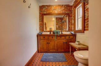 Leaning Oak – Bathroom 1